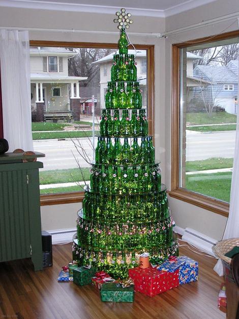 Составьте новогоднюю елку из скопившихся пивных бутылок, благо зарубежное пиво в половине случаев и так продается в зеленых бутылках