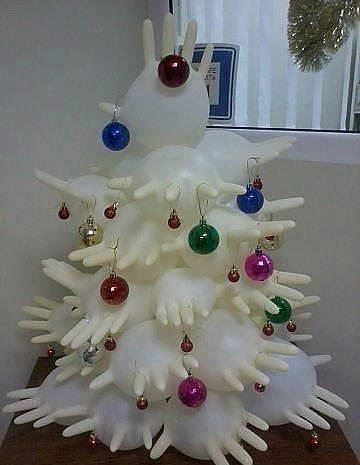 Новогодние елки из надутых медицинских резиновых перчаток