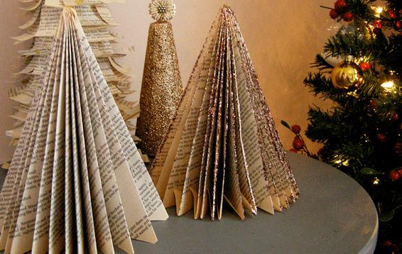 Другой вариант новогодней елочки из книг – взять ненужную книгу и загнуть каждую ее страницу по диагонали. Края сгибов затем можно украсить блестками любым способом.