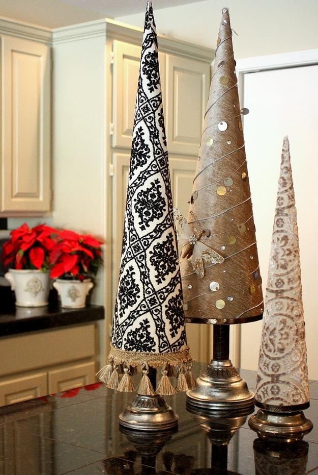 Настольные новогодние елки своими руками - на основе конусов: с тканью