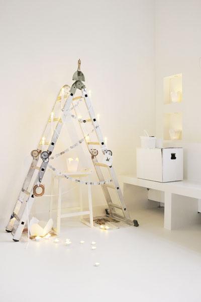 Креативные люди украшают на Новый год раскладные лестницы и лестницы-стремянки вместо елок