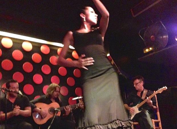 Старейшее шоу Лос Тарантос (Los Tarantos) в клубе Барселоны, показанном местным