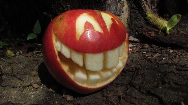 Хэллоуинский карвинг по яблокам: Влюбленное яблоко