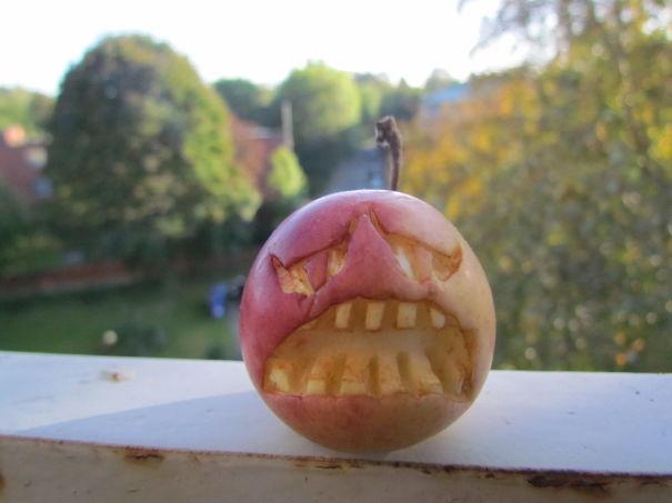 Хэллоуинский карвинг по яблокам: сломленный