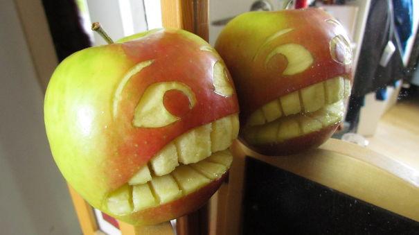 Хэллоуинский карвинг по яблокам: прическа не удалась