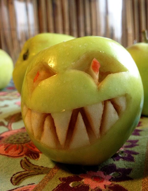 Хэллоуинский карвинг по яблокам: снежный человек из Доктора Кто