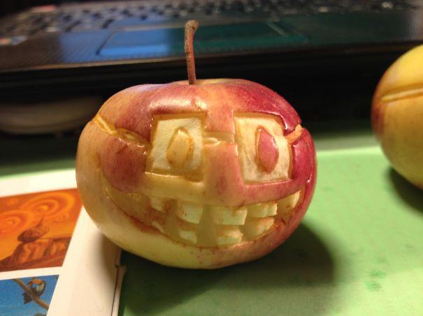 Хэллоуинский карвинг по яблокам: сморщенное яблоко, бабуля