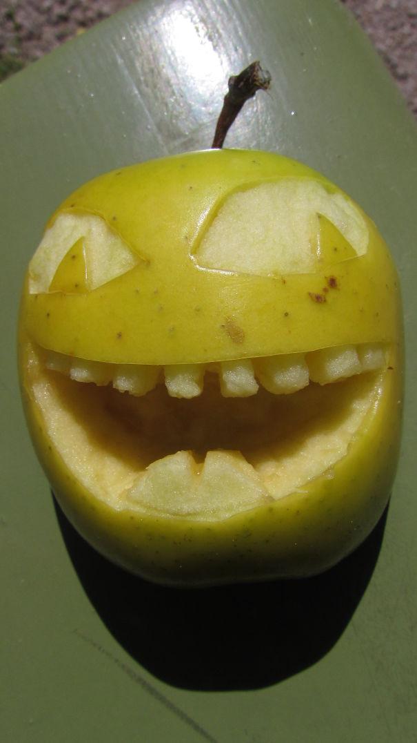 Хэллоуинский карвинг по яблокам: маньяк-извращенец