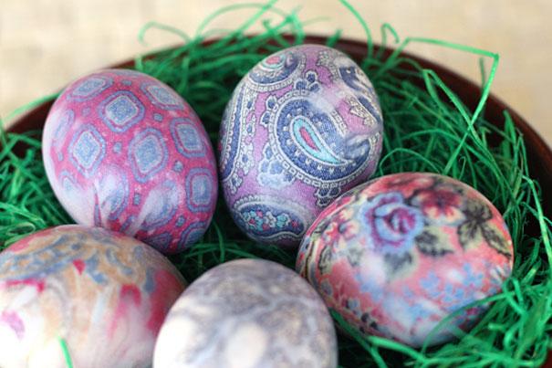 красим яйца на пасху оригинально и креативно: Оберните яйца в куски, нарезанные из чистых старых ненужных галстуков