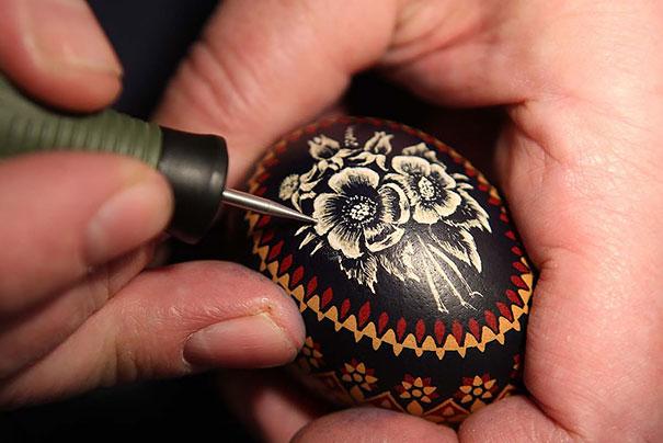 Оригинально и креативно украшаем яйца на Пасху: гравировка по скорлупе