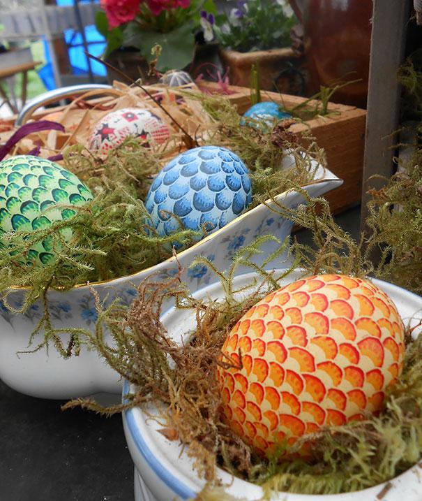 оригинально и креативно украшаем яйца на Пасху: рисуем чешую, как у драконьих яиц, вручную