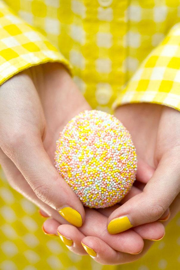 оригинальное и креативное окрашивание и декорирование яиц на Пасху: обваливание в обсыпке для тортов