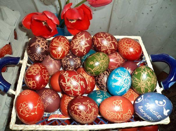 оригинальное и креативное окрашивание и декорирование яиц на Пасху: нанесение рисунка восковыми мелками