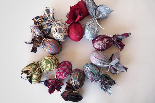 Оберните яйца в куски, нарезанные из чистых старых ненужных галстуков
