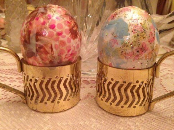 оригинальное и креативное окрашивание и декорирование яиц на Пасху: использование на яйцах наклеек и страз для маникюра