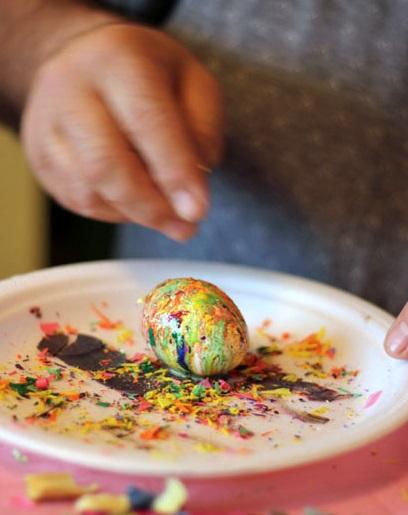 оригинальное и креативное окрашивание и декорирование яиц на Пасху: обваливание горячего яйца в стружке из цветных карандашей с блестками