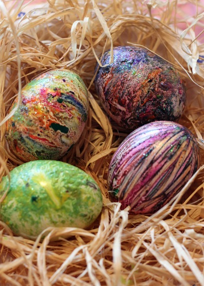 оригинальное и креативное окрашивание и декорирование яиц на Пасху: обваливание горячего яйца в стружке из цветных карандашей с блестками - результат