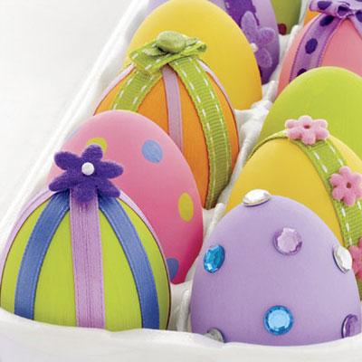 оригинальное и креативное окрашивание и декорирование яиц на Пасху: ленты и стразы