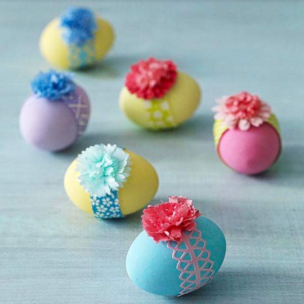 оригинальное и креативное окрашивание и декорирование яиц на Пасху: бумажные объемные цветы и тесьма
