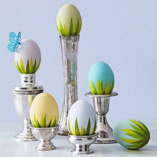 оригинальное и креативное окрашивание и декорирование яиц на Пасху: трава из креп-бумаги по низу каждого яйца