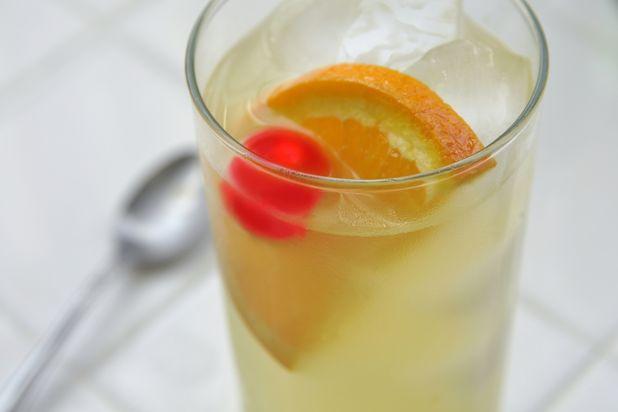 украсьте мараскиновой вишенкой и долькой апельсина - коктейль Том Коллинз