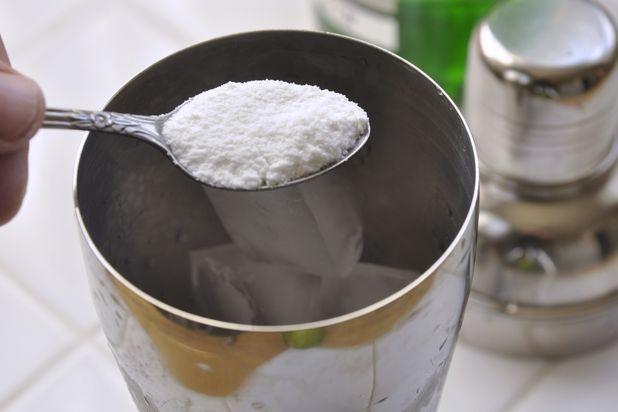Вводим в шейкер 1 чайную ложку сахарной пудры