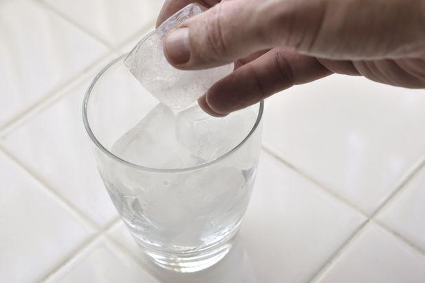 Наполните бокал хайбол льдом