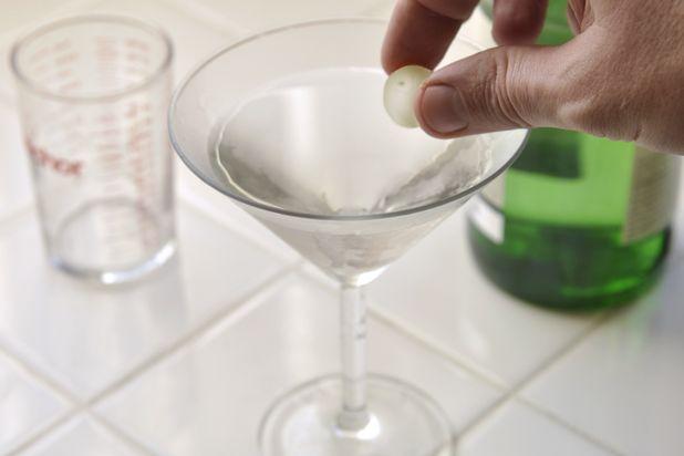 коктейль Гибсон - украсьте напиток коктейльной луковичкой