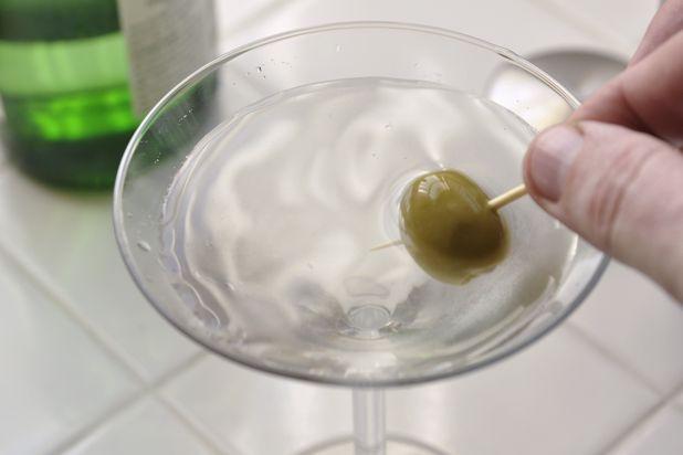 Сухой Мартини - украшаем коктейль оливкой или завитушкой из лимона