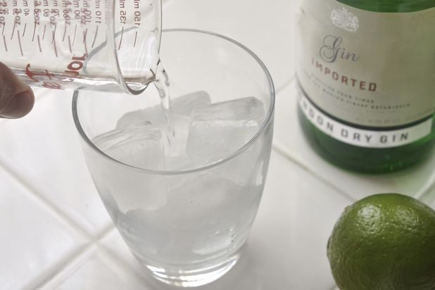 Отмерьте 30 мл джина и перелейте полученное в бокал
