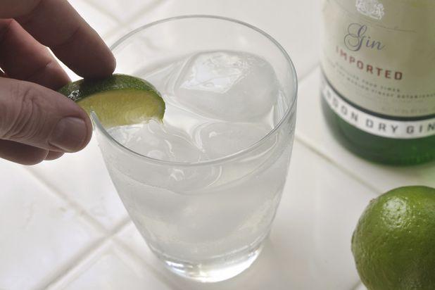 Украсьте бокал долькой лайма и подавайте - рецепт классического джин-тоника