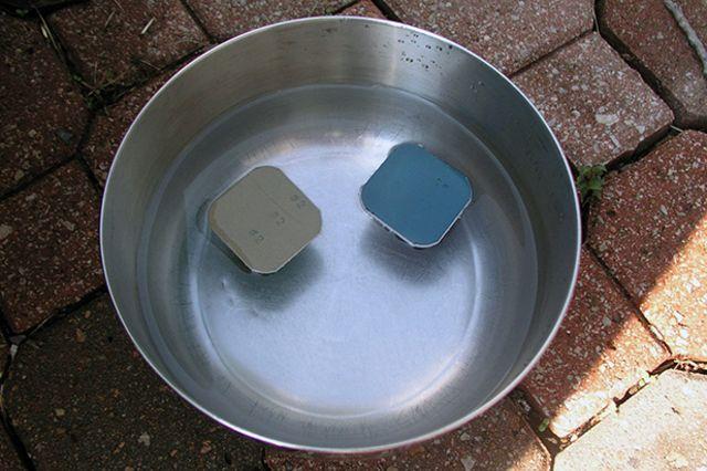 Добавьте в воду средство для мытья посуды и опустите внутрь несколько кусочков наждачной бумаги