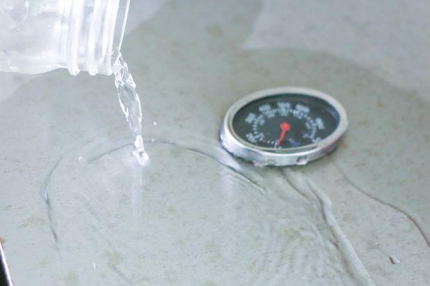 Ополосните внешнюю поверхность гриля теплой водой