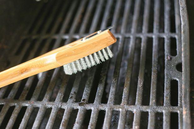 железной щеткой почистите решетку