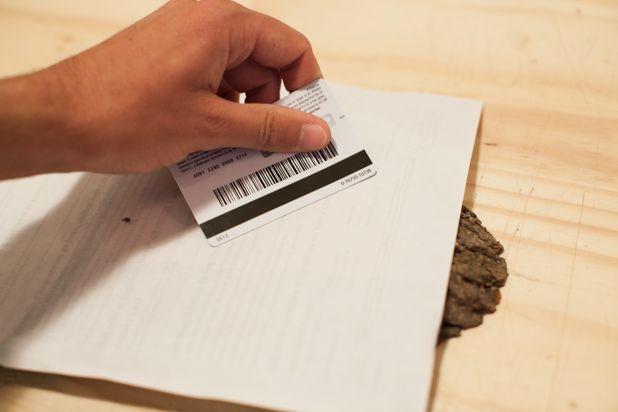 вытесняйте пузырьки воздуха из-под бумаги, используя грань пластиковой карточки