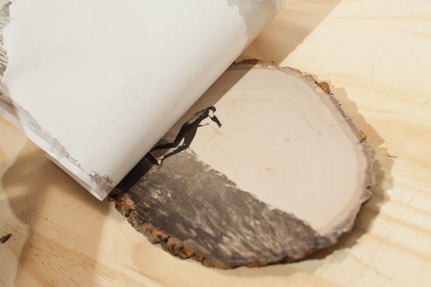 Медленно отделите бумагу от дерева, обнажая переведенное изображение