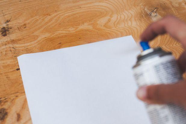 Опрыскайте гладкую поверхность задника матовым герметизирующим спреем