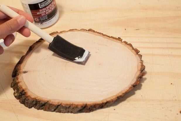 Нанесите на очищенную поверхность дерева матовый гель
