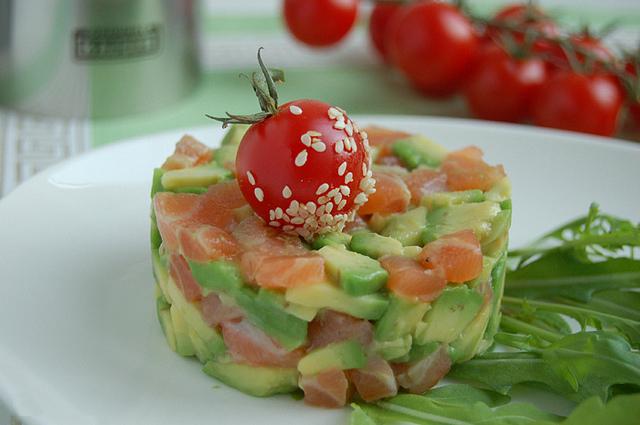 салат из лосося и авокадо для сухой кожи