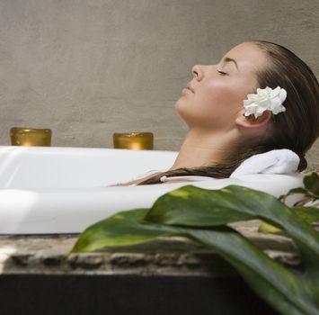 СПА-ароматерапия: девушка расслабляется в ванне