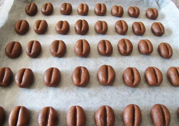Раскладываем ваши «кофейные зерна» (на противне) с хорошим расстоянием между ними и запекаем ровно 20 минут