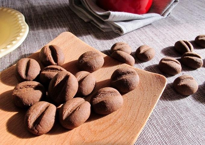 Печенья в форме и со вкусом кофейных зерен настолько хорошо сочетаются с кофе, что в будущем наверняка не одна чашечка кофе не обойдется у вас без данного десерта!