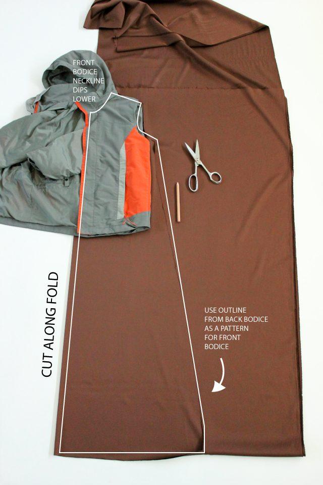 Почти точно также размечаем и вырезаем выкройку для двух передних деталей плаща – по куртке или по уже вырезанной спинке