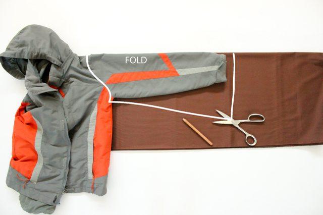 Сгибаем по аналогии ткань, накладываем вывернутый снова на лицевую сторону рукав куртки на ткань, включая пройму