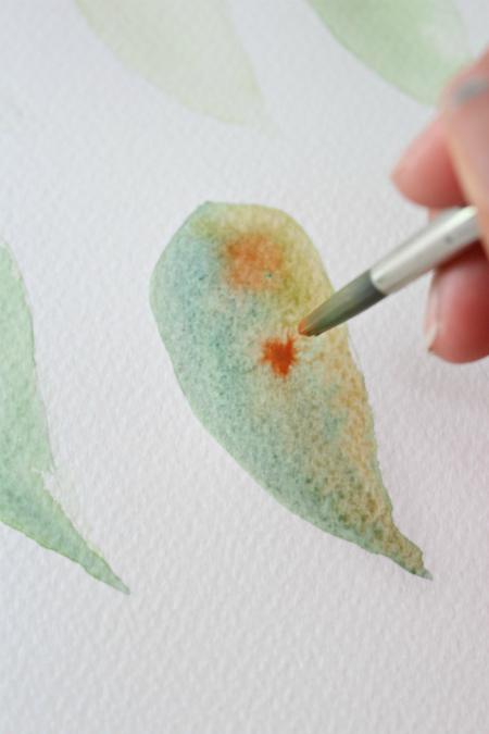 нанесите, не скупясь, оттенок жженой охры и дайте краске капнуть на лист