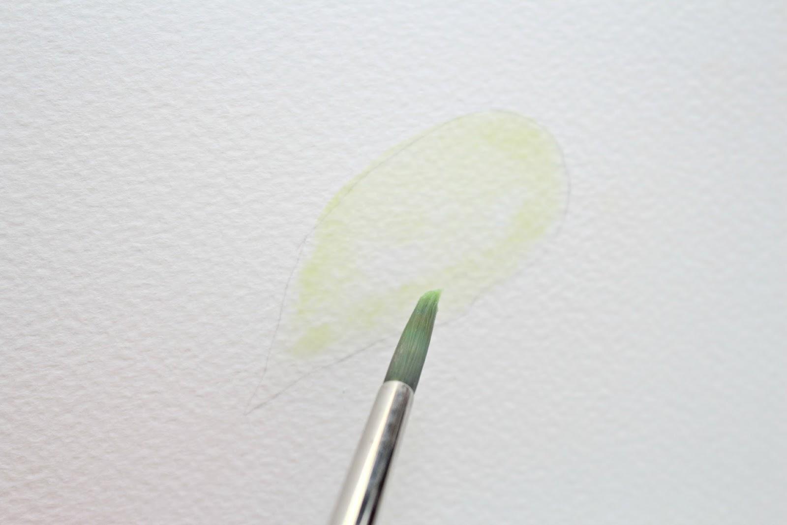 Нанесите на очерченный листик наиболее светлый тон зеленого