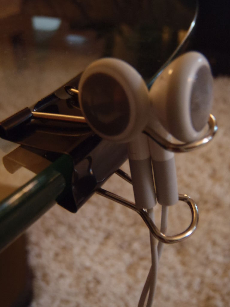 Канцелярские прищепки/зажимы для бумаг как держатель для небольших наушников и проводов/кабелей