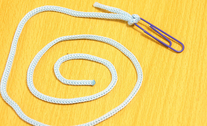 Используйте скрепки вместо безопасных английских булавок, чтобы продеть нечаянно вытянутый шнурок в капюшон
