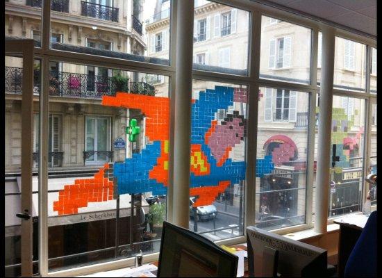 супермен из стикеров на окне