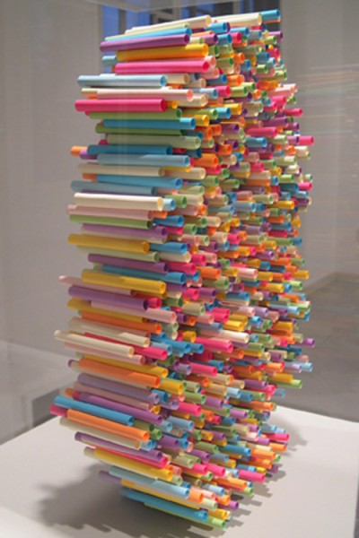 скульптура из скрученных в трубочки стикеров